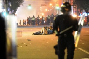couple kissing riot in vancouver 11 300x199 Curves most memorable news stories in 2011